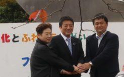 高野府中市長(中央)と両朝鮮学校校長