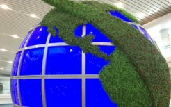 平壌空港1階ロビーにある地球儀のモニュメント