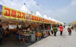 出店が並ぶ韓国のお祭り会場