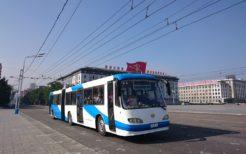 金日成広場を走るトロリーバス