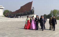 正装で万寿台を訪れる北朝鮮人
