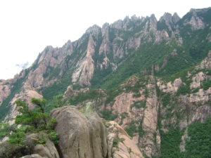 金剛山への観光再開を成果に現状打破したい文大統領