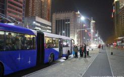 トロリーバスを待つ平壌市民