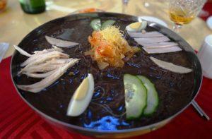 知名度No.1。定番の名物料理「平壌冷麺」