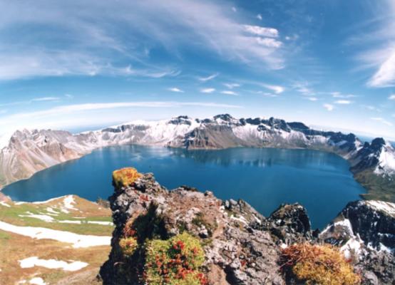 巨大な火口湖がある活火山「白頭山(ペクトゥサン)」