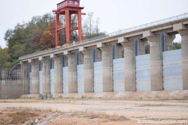 台風10号に備えて丹東のダムで事前放流実施