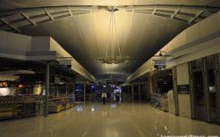 夜ということを差し引いても、搭乗ゲート付近は免税店も閉鎖され、電気も消えて静まり返っている