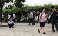 喫煙する北朝鮮男性