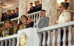 人民大学習堂から軍事パレードを見守る金正恩委員長