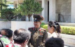 板門店を案内する朝鮮人民軍兵士