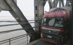 鴨緑江で国際列車とすれ違うトラック