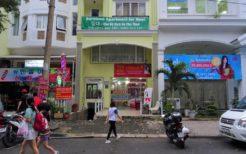 7区の店舗の看板にはハングルが多く見られ、韓国人街と呼ばれる所以(ゆえん)が分かる