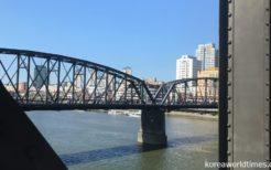 中朝友誼橋(旧鴨緑江第2橋梁)を通過する国際列車