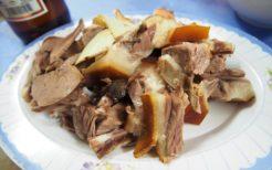 ベトナムで見かけた犬肉の焼肉。ベトナムはハノイなど北部に犬肉の店が多いように見受けられる
