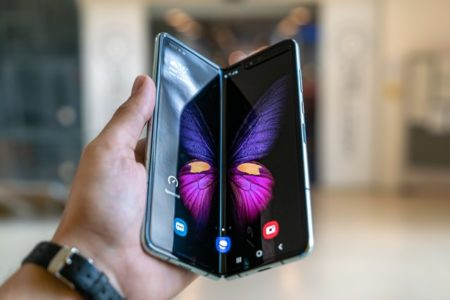 サムスン・5G対応の両開きスマホ発売