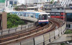 バンコクの高架電車。この車体側面を埋め尽くす広告がラッピング広告と呼ばれる