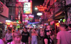 パタヤのバーには中国人団体の冷やかしと、韓国人の若者でいっぱいの店もあった