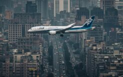 台北を飛ぶ全日空機