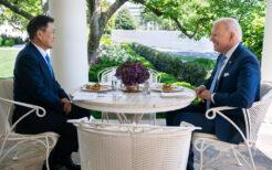 クラブケーキランチで会談する文大統領とバイデン大統領