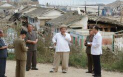 台風9号の被災地で政務局拡大会議を招集した金正恩氏。2020年9月6日付の労働新聞より