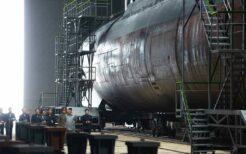 建造中の新型潜水艦か?