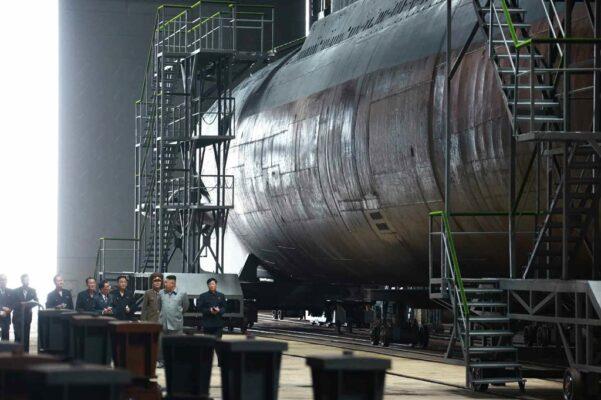 弾道ミサイル3基搭載できる新型潜水艦か?