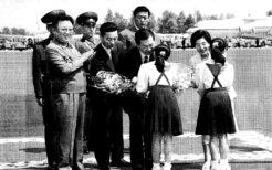 2000年6月13日平壌空港で歓迎を受ける金大中夫妻
