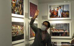 大同江ビール祭りの写真を解説する伊藤孝司さん