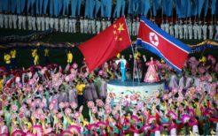 マスゲームで北朝鮮と中国国旗を掲げ友好を演出
