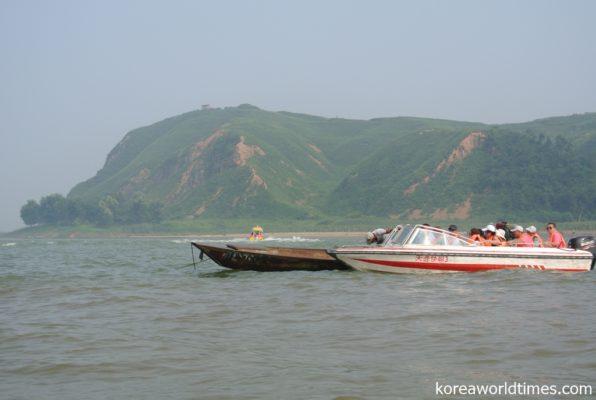 虎山長城近くのモーターボート名物は水上マーケット?