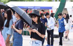 スマートフォンを操作する中国人女性