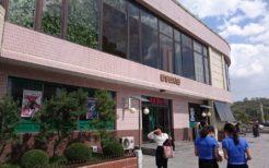北朝鮮の平壌 ビジネス街を歩く女性