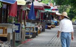 閑散とした観光地の出店街